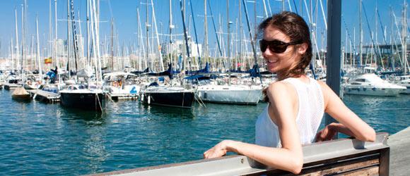 Mädchen am Hafen Barcelona
